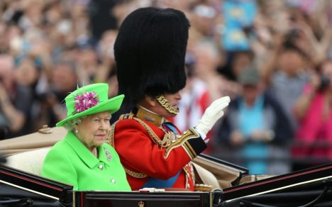 100371947_NEWS_queen_trooping-xlarge_trans++7Mg_60o0RRiIwRZvPpge3vPDvgSN25a6cHpD42cRVOE